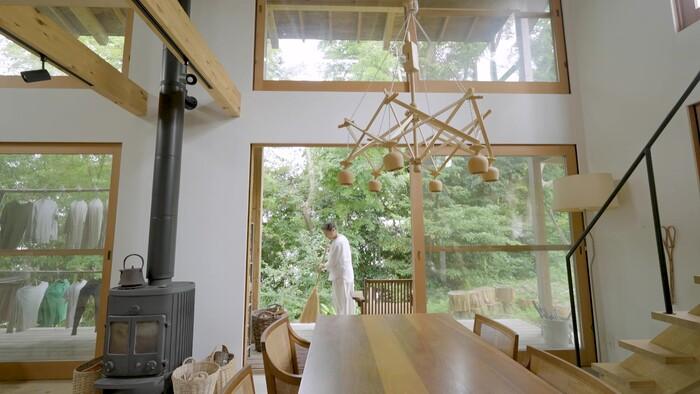 リビングに足を踏み入れると、天井まである大きな窓。豊かな緑が家全体を囲み、まるで森の中にいるかのよう。家と外との境がなく、間には広い縁側やダイニングスペースなど、家族みんながくつろげるようなスペースありました。