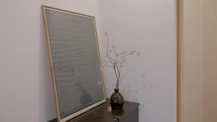 玄関には、大庭三紀さんの作品が置かれていました。アートと季節の花があるだけで、お部屋のアクセントにもなり、心も安らぎますね。