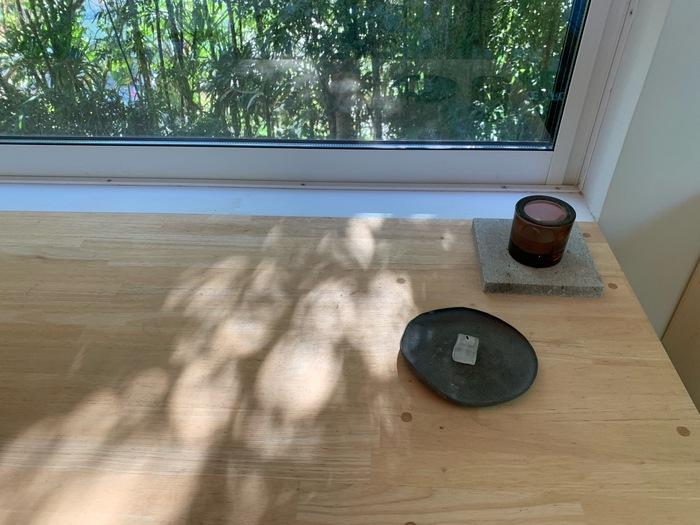 晴れた日は、窓から入る陰影を楽しんでいるのだそう。窓の位置と光の角度に合わせてインテリアが配置されていました。
