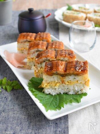 パウンド型にご飯を詰めてぎゅうぎゅう押すだけで、見栄え◎なうなぎの押し寿司が完成。みょうがや青じその香りが爽やかなこちらのレシピは、おもてなしにも◎