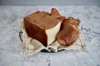 自分ではなかなか買わないような、贅沢なパンのセットは素敵なギフトにもぴったり。最高級食パンで人気の「ふじ森」の食パンとヴィエノワズリーのセットです。発酵バターの豊かな香りがダイレクトに楽しめます。  常温でお届けできる地域、冷凍でのお届けになる地域が決まっています。食パンが冷凍でのお届けになる地域にお住まいの方には、ひと言、冷凍便になる旨を伝えておくといいですね。大きな冷凍便のプレゼントが急に来ると、困ってしまう方もいるかもしれません。