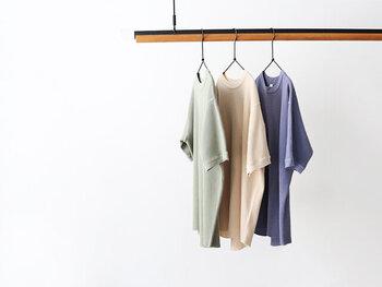 着こなしやすさを考えるなら、やっぱり無地のTシャツがいちばん!ボトムスの色やデザインを選ぶことなく、普段のコーデに合わせるだけなので楽チンです♪