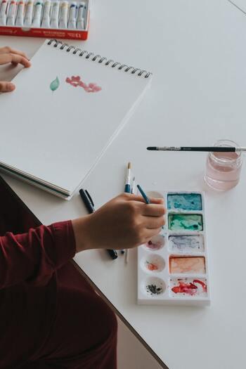 お金は「今」を楽しむためだけではなく「未来」のために使ったり、ためたりすることも多いはず。自分にとって理想的な「未来」を思い描いておくことで、そこに向けた「お金の使い方」を実践できるようになるでしょう。頭の中で想像するだけではなく、絵に描いてみたり、文字に書き起こしてみたり、目に見える形にするとより意識が強くなるはずです。