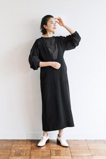 ジャンパースカートのインナーとして着れば、上品な淑女のイメージに。 白いシューズを合わせてバランスをとるのがコツ。