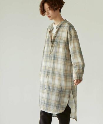 裾のラインとスリットがポイントになったロングシャツ。 ボトムをレイヤードすると体型カバーしつつおしゃれな着こなしに仕上がります。
