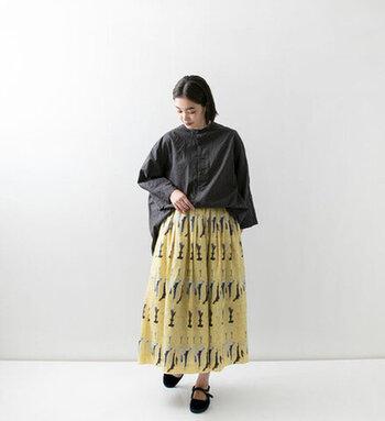 夏に活躍した鮮やかな色の柄スカート。 シックな色のシャツを合わせれば秋口にも活躍します。 印象が変えられて◎