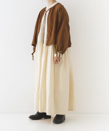身幅が大きめなので、ゆったりワンピースに羽織るのもいいですね。カーディガン感覚で着られます。 衿ぐりのリボンは、結んでも垂らしてもアクセントになります。