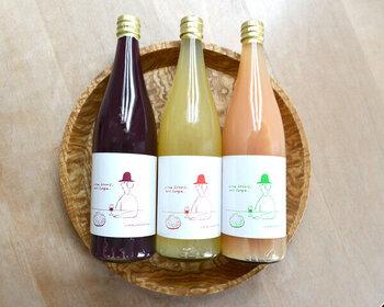 長野県塩尻市にある矢沢加工所で丁寧に作った果汁100%のジュースのセットです。無着色、無香料、無濾過にこだわり、贅沢に仕上がっています。ラベルのイラストもおしゃれで、高級感がありますよね。  ワインにも使われるメルローを贅沢に使ったぶどうジュース、芳醇な香りが楽しめるナイアガラの白ぶどうジュース、赤ワインの原料にもなるコンコードのぶどうジュース、そして信州の特産品であるりんごをたっぷり使ったりんごジュースの4種類。  メルロー、りんご、ナイアガラの3本セット、りんご、ナイアガラ、コンコードの3本セット、メルロー、りんごの2本セット、コンコード、ナイアガラの2本セットという4つの組み合わせで販売されています。  常温でお届けできる美味しいものは、お相手の冷蔵庫の余裕を気にする必要がありません。さりげなく贈れる素敵な贈り物です。