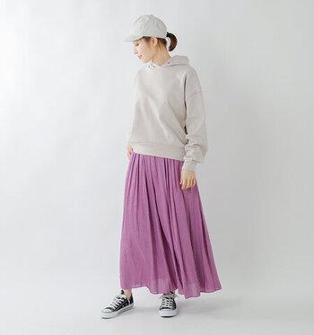 秋のピクニックに出掛けるなら、動きやすさと寒さをカバーできる洋服選びがポイント。ロングスカートで女性らしさを演出しつつ、厚手のパーカーとスニーカーでカジュアルにまとめましょう。