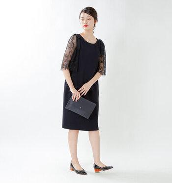 結婚式は落ち着いた黒のドレスで出席したい。それなら袖がレースになっているものを選びましょう。真っ黒だと重たく見えてしまうワンピースやドレスですが、レースで透け感をプラスすると、こなれ見えするフォーマルスタイルに。