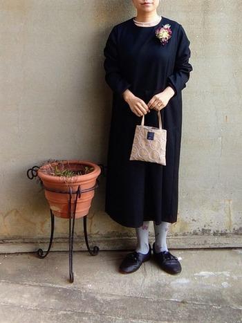 黒のシンプルなワンピースに、コサージュ&パールのネックレスをプラス。バッグやソックス・タイツでカラーをプラスすれば落ち着いた印象ながらもおしゃれな雰囲気に。