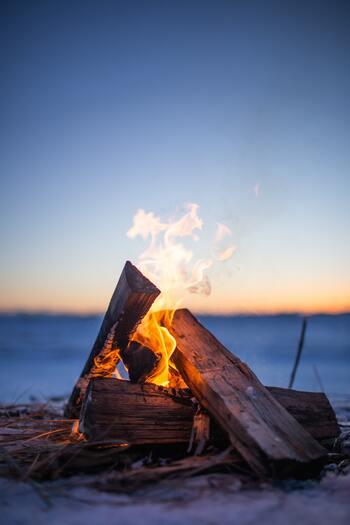 アウトドアに出かける時、焚火を楽しみにされている方も少なくありませんよね。焚火をしなくても、キャンプシーンではBBQで火の粉が飛ぶことも。屋外で使われる時には、シートの素材が難燃性かどうかをしっかり確認しておくことが大切です。デザインや機能も大切ですが、安全に使えるアイテムを選んでくださいね。