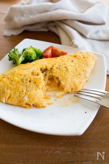 じゃがいもとひき肉がたっぷり入ったオムレツは、ボリューム満点。夕飯のおかずとしてはもちろん、朝ごはんとしても活躍してくれそうですね。具の部分を作っておくと卵をまくだけで食べられるので、時短したい日の一品としてもGOODです。