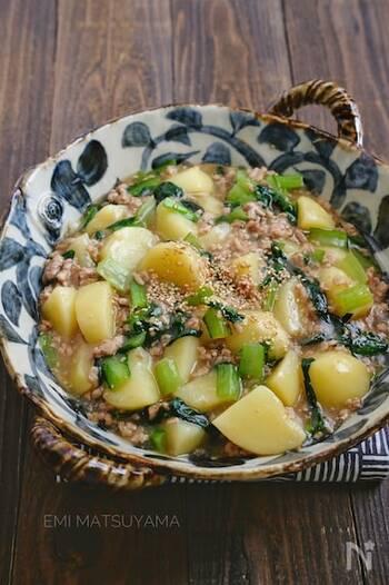 トロトロの餡がご飯にぴったりの一品は、小松菜が入る事で栄養価もUPして、見た目も綺麗に仕上がります。オイスターソースも入った奥深い味わいが魅力のレシピ♪