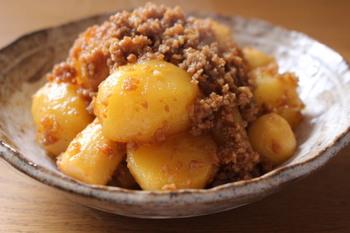 甘辛い味付けが食欲をそそる煮物は、じゃがいもと里芋が入った芋好きにはたまらない一品。もちろん里芋がない時には、じゃがいもだけで作ってもOKです。ご飯との相性も抜群なので、お弁当のおかずとしても活躍してくれそうですね。