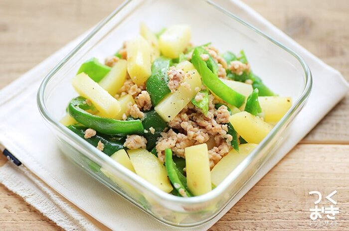 ピーマンの彩りが綺麗なレシピは、液体の塩こうじさえあれば、カットして炒めるだけの超簡単レシピ。鶏ミンチでヘルシーに、お野菜もたっぷり食べられるのが嬉しいですね。