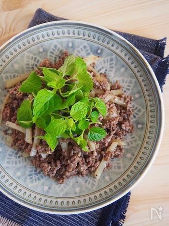 牛ひき肉にミントを組み合わせた本格的なレシピは、いくつかのスパイスを使う事でお店で食べる様な味わいに。牛ひき肉をたっぷり使っていますが、後味はさっぱり。パクチーがお好きな方は、ミントの代わりにパクチーを添えても美味しそうでうね。