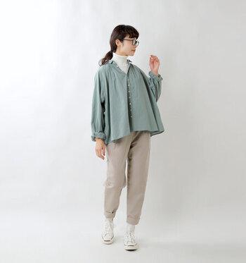 春夏に引き続き人気のグリーン。ナチュラルで優しい色味のカラーシャツには、ベージュパンツとスニーカーでカジュアルさをプラスして。白のハイネックを重ねれば首元を暖かく爽やかにカバーできます。