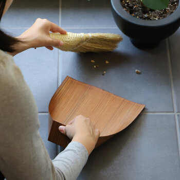 ガーデニングやお部屋に植物を飾っている方は、移動したりお手入れのとき、土や肥料などがこぼれてしまうことも。そんなときもほうきとちりとりは大活躍です。また家の前のちょっとした落ち葉やゴミも気づいたらサッと片付けることができ、おうちの顔である玄関周りを常にキレイにキープできます。