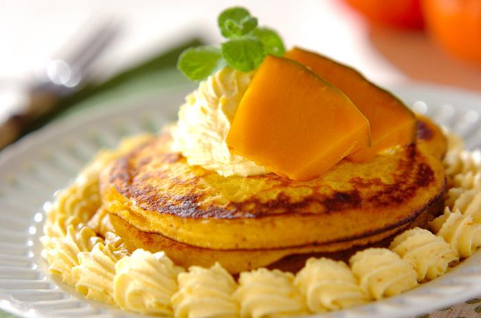 パンケーキの生地はもちろん、クリームやトッピングにもかぼちゃを使ったレシピです。まさに、かぼちゃ尽くしで、かぼちゃのおいしさを満喫できますよ。かぼちゃは生のものを電子レンジで加熱してから使います♪