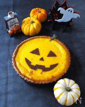 ハロウィンにもぴったりの焼き菓子、かぼちゃのプリンタルトです。タルト生地は一から作ると少し手間がかかりますが、こちらの生地はなんと材料2つでできちゃいます。ココアなどでお好みのデコレーションを描いて楽しんでみてください♪