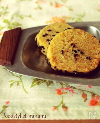 こちらはちょっぴり変わり種のレシピです。まず焼き芋を作ってから、それをクッキーに変身させるのがポイント。焼き芋作りは、電子レンジで加熱してもOK。焼き芋の香ばしさをクッキーで満喫できますよ♪