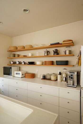 飾り棚に重い調理器具をのせるなら、耐荷重を考えて造り付けの棚が安心です。  棚受けも見えないため見栄えも◎。板の色によって印象がガラッと変わるので部屋全体のインテリアを考えながら素材を決めたいですね。