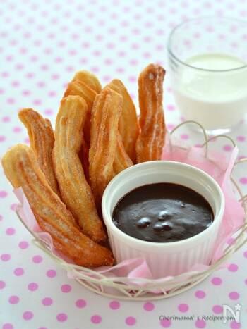 基本の材料は、小麦粉、砂糖、塩。そして、オリーブオイルを加えるのが香ばしく仕上げるポイントです。チョコレートは板チョコと牛乳を火にかけてトロっとマイルドに。