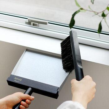 ハンドブラシ:約W25×D80×H290(mm)、ダストパン:約W220×D30×H300(mm)と、使いやすいサイズで、柄の長いブラシや掃除機でお掃除しにくい狭いスペースのお掃除に最適です。それぞれトップに革紐がついているので、わずかな隙間に掛けて収納したり、そのままインテリアとして吊るしておくのも素敵です。
