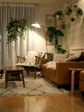 夏の季節は、爽やかに清涼感をもたらしてくれていたグリーンアイテムですが、クッションカバーやラグを秋らしい温かみのある素材に切り替えれば、違和感なく自然な季節の移り変わりのように、お部屋に馴染ませることができます。