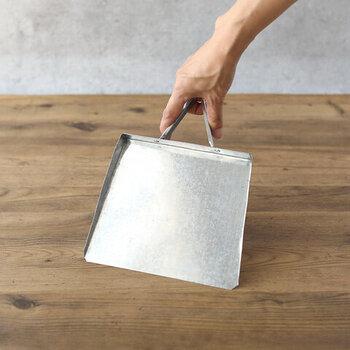 どことなく昭和レトロな魅力のある、約18×26(cm)のトタンのちりとり。シンプルなフォルムで卓上などでも使いやすく、一つ一つ丁寧に作られており、手づくり品ならではの個体差があります。ですが、それも味わいのひとつとなっていて長く愛用できます。