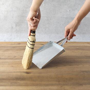 トタンちりとりとセットで使うと便利な、ソルガムミニほうき。日本でモロコシと呼ばれているイネ科の植物であるソルガムから作られています。湿気を吸収しにくく、軽く、しっかりとした掃き心地が特徴の約10×25(cm)サイズの使い勝手抜群のほうきです。