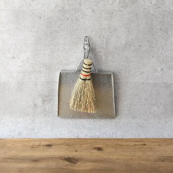さらに小さな約9×16(cm)の可愛らしいミニほうき。卓上や棚上から、窓の桟のお掃除にも最適。持ち手の赤いアクセントもキュート。ちりとりとセットで吊るして収納も絵になります。