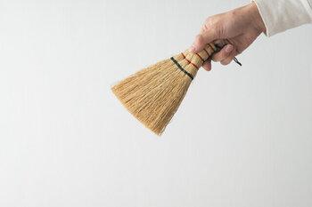 全長21cmで使い勝手のよい「はりみ用小箒」。卓上やちょっとした隙間から、小回りがきくのでリビングや玄関などにもあると便利。どちらも先端に紐がついているので吊るしてスッキリ収納できます。