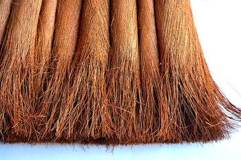 皮巻きのほうきは、よりすぐりの棕櫚皮を、和歌山県の職人さんが一つ一つ丁寧にくるりと巻いて束にしてから、穂先をほぐして掃きやすくしています。