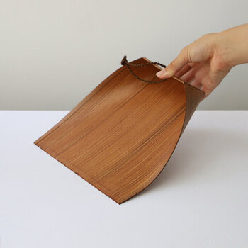 紙製の良いところは、なんと言ってもプラスチック製にありがちな静電気が起こらないこと。また、掃除をするとき、はりみをグッと上から押し付けると、湾曲している間口が接地面に密着し、塵を掃き入れやすくなるのも嬉しいい特徴です。