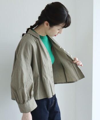 ほどよくハリのある素材で作ったショート丈ブラウス。 小さめの襟がかわいらしく、ジャケットのように羽織るのもおすすめ。 インナー次第で印象が変わります。