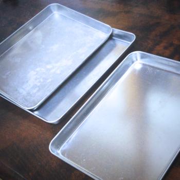 筆者宅では、100均で買った「アルミトレー(アルミバット)」を冷蔵庫収納にも活用していますよ。  たとえば、「焼きそば」の材料をこのトレイ上に置いて、そのまま冷蔵庫の棚に入れたり。朝食で食べるパンの具材セットを置いて、そのまま冷蔵庫の棚に入れたり。  このアルミトレー、A4よりも小さいサイズ感で、なにかと使い勝手がいいです。調理中に出る生ごみの一時的な置き場所になったり、もちろん唐揚げやフレンチトーストに使う、料理用バットにもなったり。  100円ながら、1つで2役も3役もこなしてくれるアイテムです〇