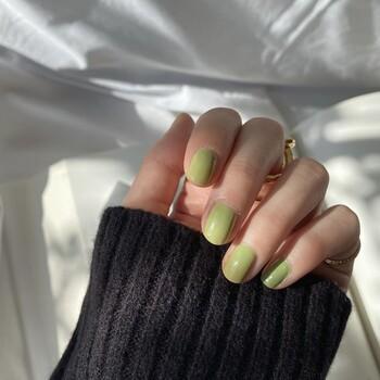 ピスタチオのような明るいグリーンが素敵!マットな質感で落ち着いた印象もあります。カジュアルなコーディネートにも合わせやすいのが◎