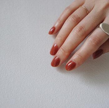 艶やかで美しい、深みのある赤は特別な時にもつけたくなるカラー。華やかだけれど派手すぎないのが魅力です。1度塗りと2度塗りでは色合いが異なるので、ぜひ違いを楽しんで♪