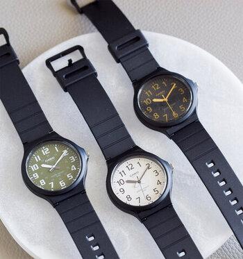 「CASIO(カシオ)」のアナログラウンドフェイス腕時計。見やすさを追求したシンプルな文字盤には無駄がなく、落ち着いた印象。