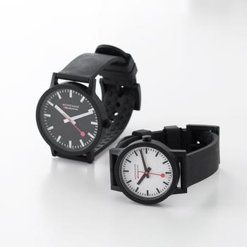スイス国鉄オフィシャルウォッチとして抜群の信頼性を誇る「MONDAINE(モンディーン)」の腕時計。こちらは、環境に配慮した原料をベースに開発された「essence」シリーズ。