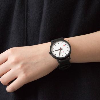41mmは男女問わず使える、大きめのサイズ。どちらのサイズも文字盤はホワイトかブラックを選べます。シンプルな文字盤にキュートな赤い秒針がアクセントになっています。スイス国鉄公認ブランドの腕時計だから、鉄道好きの男性に贈ると喜ばれるかも⁉
