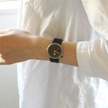 31.5mmサイズで、男性はもちろん、女性も使いやすいやや小ぶりなデザイン。 袖をまくったときにちらりと見えるとさりげなくかっこいい、そんなお洒落な腕時計です。