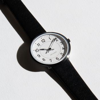 デンマークのライフスタイルブランド「ROSENDAHL(ローゼンダール)」の腕時計。デンマークが生んだ20世紀で最も影響力のあるデザイナーの一人、アルネ・ヤコブセン氏によるデザイン「STATION」です。