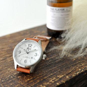 ベルトは、使い込むほどに柔らかく、腕に馴染んで深みを増していくこだわりの素材感。革製品ブランドならではのこだわりが感じられる逸品です。