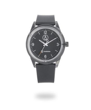 「TIME FOR EVERYONE」をコンセプトに、いつでもどこでも、誰にとっても使いやすい時計を提供する「Q&Q SmileSolar」。太陽光や蛍光灯で充電することができる「リングソーラー」を搭載した腕時計は、電池交換不要。ウォータープルーフ仕様で、海や山、フェスに行くときも、いつでもどこでもずっと着けていられます。