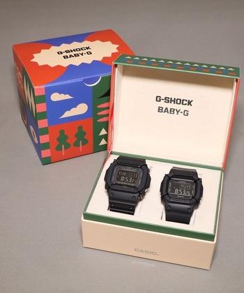 スペシャルデザインBOX入りのバージョン。時計は2本とも上でご紹介したものと同じですが、カラフルでポップなデザインの箱に入っています。結婚祝いにプレゼントしても喜ばれるかも。