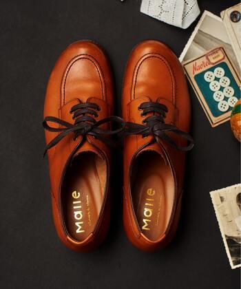 革靴の定番と言えばレースアップ。シューレースで甲の部分を締め上げたデザインの靴を、靴の形に関係なく広義にはレースアップシューズと言います。ホールの数だけでも結構見た目が違ってきますが、シューレースのないタイプより靴の個性を感じます。