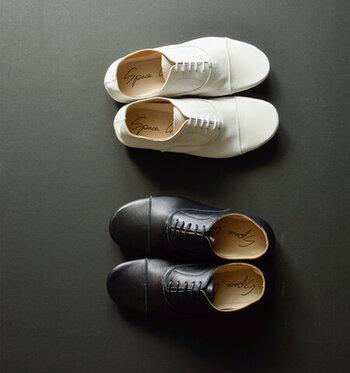 「羽根」とはシューレースを通す穴部分の革のこと。「内羽根式」とは、この部分が甲の部分の革と一体、または甲の部分に入り込んでいる状態を言います。靴自体に凹凸が少ないのですっきりとした形で、フォーマルな場に相応しいとされています。  「ストレートチップ」とは、つま先に直線ラインが入っているデザインのこと。英国クラシックなデザインで格式高く、冠婚葬祭やビジネスシーンに向いています。ただ、甲のデザインとの組み合わせによってはカジュアルにもフォーマルにもなります。